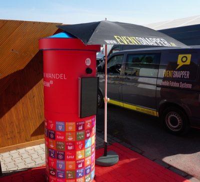 Eventsnapper auf dem Mannheimer Maimarkt mit der Litfaßsäule Fotobox Eventsnapper auf